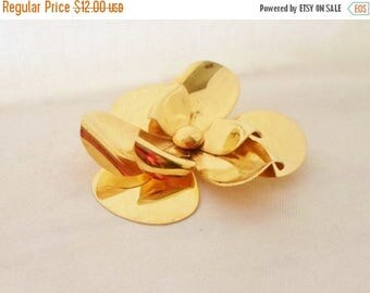 ON SALE Vintage Gold Flower Brooch, Collectible Jewelry, Accessories, Wedding Bridal Brooch Bouquet, Goldtone, Pin, Shiny Gold