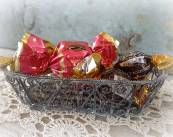 vintage wire metal basket / candy dish / soap dish / storage accessory basket / rustic primitive cottage decor