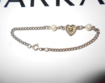 """1970s heart charm glass cultured pearls chain bracelet 7"""" silver metal dainty and preppy vintage jewelry"""