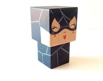 """Figurine cubique Super-héros """"Catwoman"""" (taille M ou L) - Peinte à la main"""