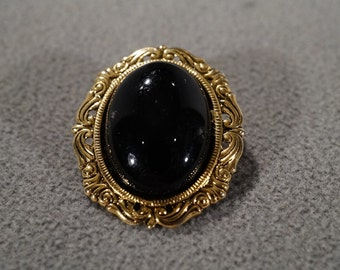 Vintage Art Deco Style Yellow Gold Tone Oval Jet Black Stone Scroll Design Pin Brooch Jewelry   KW29