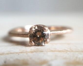 Anello in oro rosso 18k con diamante brown taglio brillante