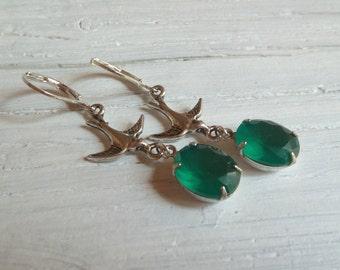 Zarte Schwalben Ohrringe mit grünem Glasstein