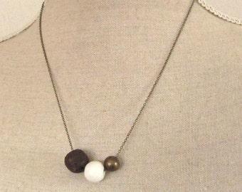 Lavaperle, Messing und Porzellan Halskette mittellang vintage Style