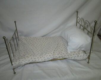 Pequeña muñeca Vintage oso finja el juego cama con colchón de espuma cubierto de flores de color púrpura y blanco almohada pequeña