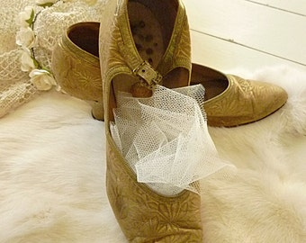 Simply divine, beautiful antique dancing shoes, ball shoes, wedding shoes, golden silk shoes, victorian, edwardian....CHARMANT!