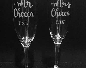 Mr and Mrs personalized etched champagne flutes ~ Custom toasting glasses ~ Engraved wedding gift ~ Engagement or Anniversary gift ~
