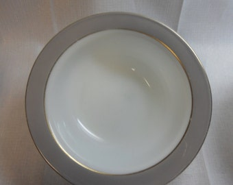 "Pyrex ""Dove Gray"" 9"" vegetable/serving bowl"