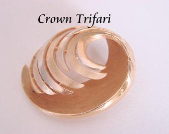 Vintage Crown Trifari Textured Goldtone Modernist Brooch Designer Signed Jewelry Jewellery