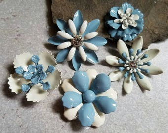 5 Mini French Blue and Ivory Flower Brooches or Flatback Enamel Flower Embellishments Cabochon Blue Broach Small Metal Flowers FLOT28