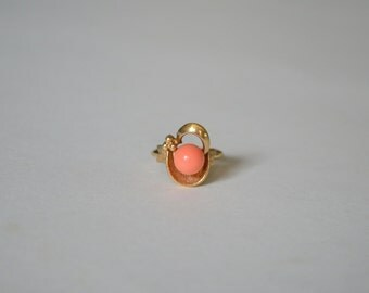 Vintage 70s Avon ring 1975 Spindrift faux coral gold tone beach shell nautical jewelry minimalist size 4 5