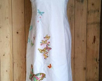 """Robe doublée à bretelles réglables, blanche, et brodée """"envol de papillons"""""""