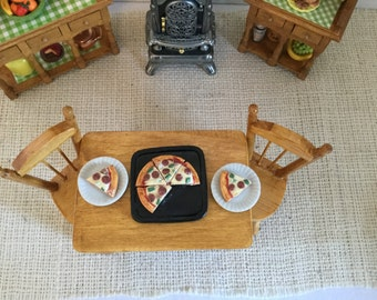 Pizza that can actually be played with   Six pieces of playable slices and two plates for 1:12 Scale Dollhouse or Barbie