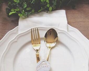 Benutzerdefinierte kleine marmorierte Geschenkanhänger in Gold für Platzkarten, Gastgeschenke, Tischschmuck, Etiketten | Unter 52 Stücke