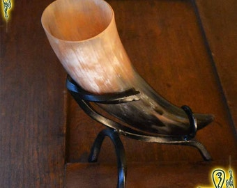 Drinking horn 375ml tan and black with stand