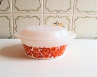 Arcopal Lotus 70s vintage oven dish. Milkglass casserole with lid. Retro orange flower details.