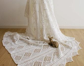 Crochet white vintage bedspread. Handmade brocante blanket/throw.