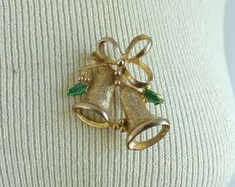 70s christmas bells pin, holiday pin, 1970s xmas pin, gold metal green enamel, holly leaf pin, vintage brooch, costume jewelry, jewellery