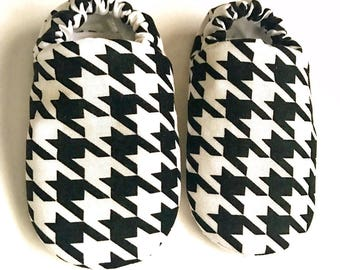 Houndstooth baby shoes, black & white houndstooth baby booties, crib shoes, soft sole shoes, newborn baby booties,baby shower gift