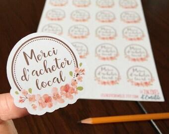 """Autocollants en papier """"Merci d'acheter local"""" avec une couronne de fleurs, sur papier blanc"""