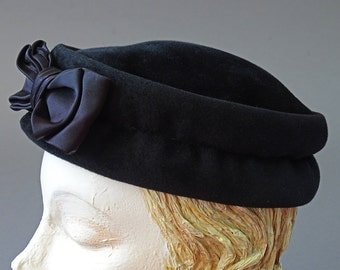 50s Chic in Black and Bow Hat - 1950s Vintage Hat - Black Velvety Felt Hat w Black Satin Bow - 50s Black Classic Hat by Stern Brothers
