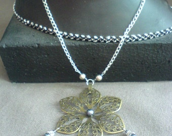 Collar shape flower / Flower necklace