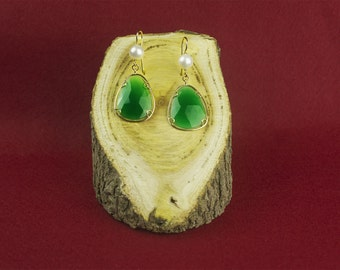 Yellow gold earrings with Freshwater pearls and green agate