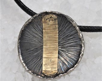 pendant chiselled made of oxidized silver and gold