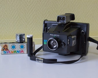 Vintage 1976 Polaroid EE66 film camera with 3 sylvania flash cubes and carrying case - Tested and working