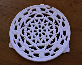 Trivet cast iron. Reduced price, was 20 euros, now 15! French vintage white gorgeous, shabby chic