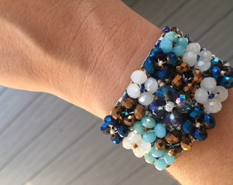 Beaded flower Guatemalan bracelets. (2 Colors!)