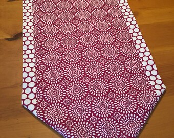 Table runner, maroon, white, polka dots, mums