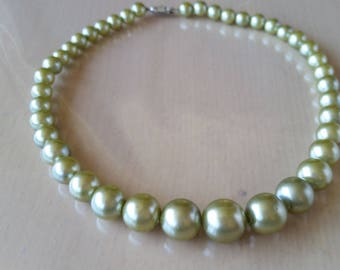 Vintage 1950's faux pearl graduated necklace in moss green