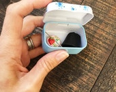 Mini traveling tin for sewing and needlework accesories
