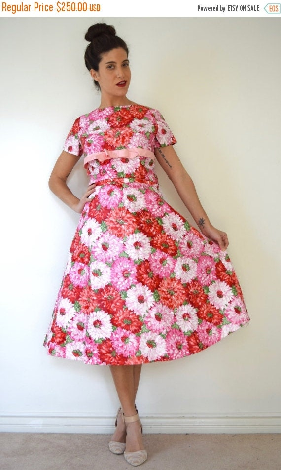 JANUARY SALE / 20% off Vintage 50s 60s Dahlia Print Polished Cotton Full Skirt and Button Back Blouse 2 Piece Set
