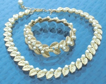 Crown Trifari Demi Parure Jewellery Set Faux Pearls Set in Gold Tone Leaves Settings Matching Necklace and Bracelet Bridal Prom Accessories