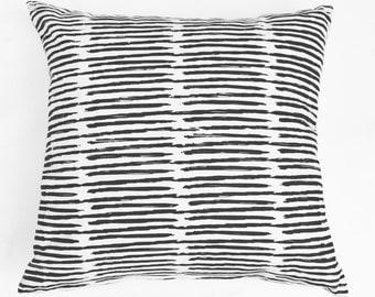 Scribble - noir et Ivoire, bio, à la main oreiller imprimé accent moderne, eco friendly home decor, jet artistique, neutre