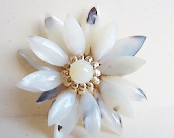 Vintage 1960s gold and white shell mod waterlily flower brooch (GG1)