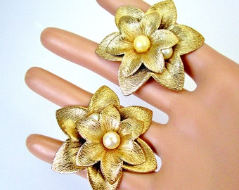 Vintage Sarah Coventry Textured Gold 2D Pearl Center Big Flower Earrings Retro 1950s Clips Chic Mid Century Runway Art Deco Diva Statement