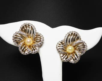 Signed Jomaz Rhinestone Flower Earrings - Gold tone Clip ons - Vented Petals, Faux Pearl Center Vintage Earrings - Wowzer