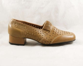 Size 6 Wide 1960s Shoes - Never Worn Tan Polka Dot Perforated Pumps - Deco 20s Style Light Brown Dotted Leather - 60s Deadstock - 6W - 47875