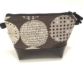 Small zip pouch in Lecre Circles