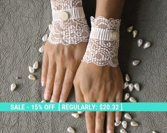 SALE! Bridal lace cuffs, wedding gloves, ivory short gloves, white lace gloves