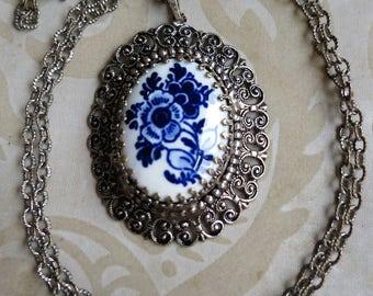 Vintage 80's blue & white porcelain plaque flowers floral silver tone pendant necklace (4856)