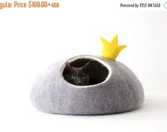 Cat bed PRINCESS - felt cat save - cat bed with crown - made to order - unique gift - gift for pets