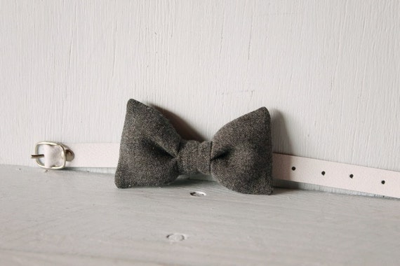 Bow tie cat collar >> Small dog bow tie >> Grey bow tie, white leather strap and silver buckle >> Pet gift