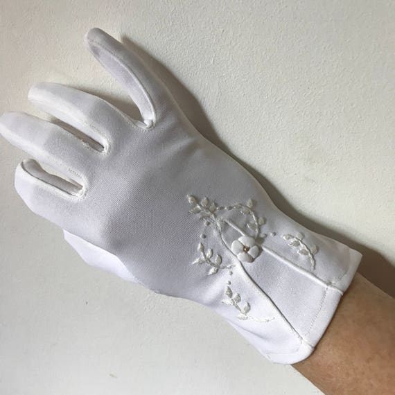 1950s gloves white nylon jersey vintage wedding bridal accesories size 7 daytime shorties wrist length day gloves flower
