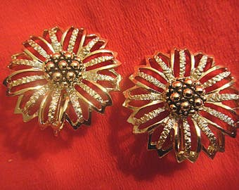 Stunning Vintage Gold Tone Flower Floral Clip On Clip-On Earrings signed SARAH COV © (1406)