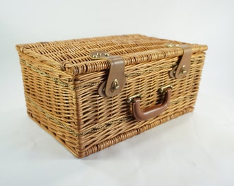 PICNIC Basket, Picnic Basket for 4, English Style Picnic Basket, Willow, Includes Service for 4 People, Never Used,  Free Shipping