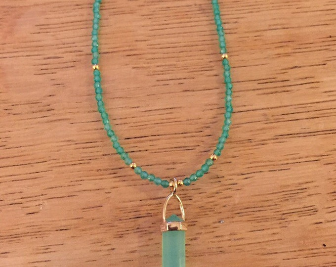 long necklace with a pendant in the shape of arrow and the gold-plated beads and agathes